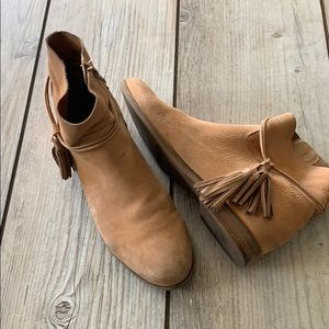Lucky Brand suede tan booties w/tassels